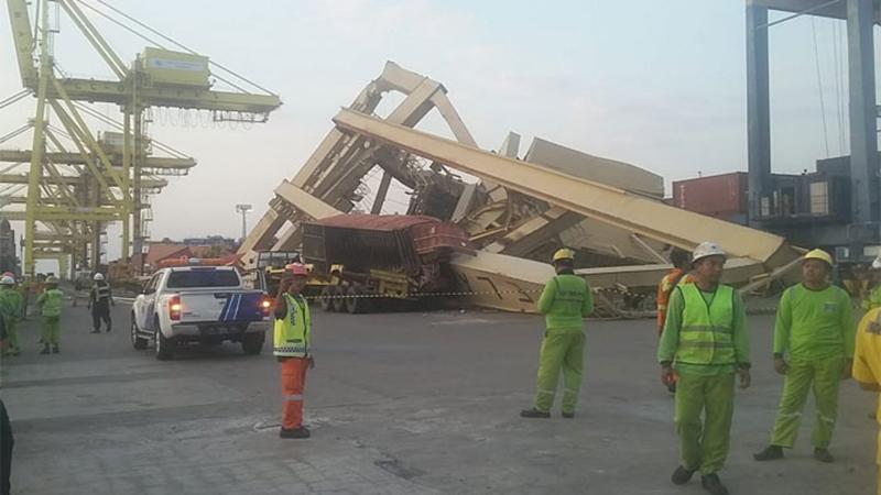 又双叒叕出事故了,一个集装箱船撞到码头岸吊!